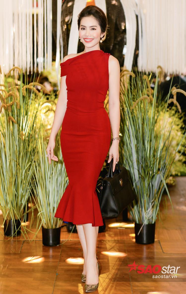 Người đẹp Karla Nguyễn thể hiện gu thời trang tinh tế với váy bodycon đuôi cá cùng độ xòe vừa phải, tông trang điểm hồng đào càng khiến cô trẻ trung xinh đẹp chẳng kém cạnh đàn em nào.