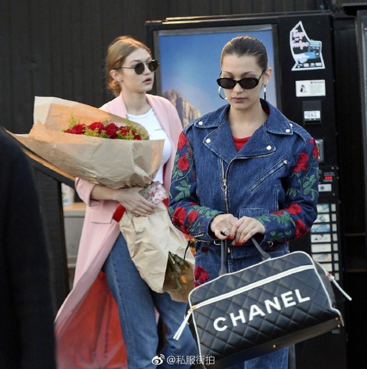 Bella nổi bật bên chị gái với khoác jeans họa tiết hoa hồng, cả hai trên đường ăn mừng sinh nhật cùng gia đình.