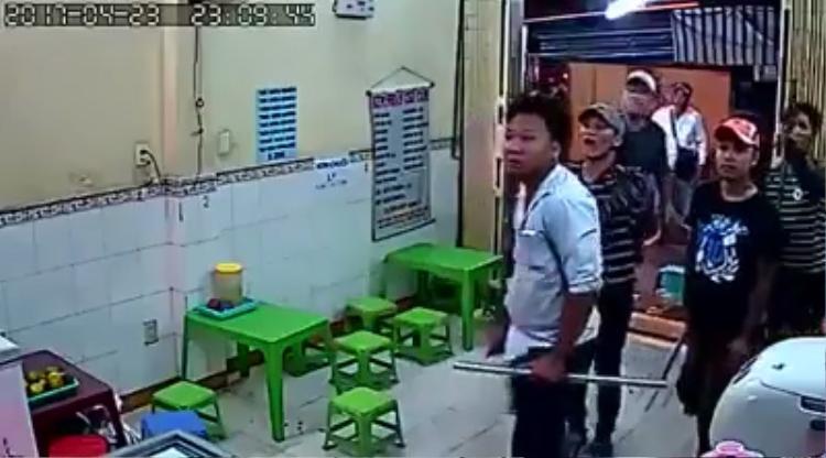 Các thanh niên hung hăng tiến sát vào khu vực nhà trong của quán Kem nhãn chú Tám.