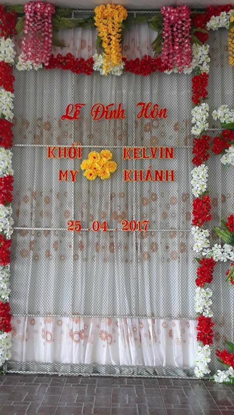 """Biển tên trên tường cũng bị đặt dấu hỏi bởi chữ """"Kelvin Khánh"""" thay vì """"Văn Khánh""""."""