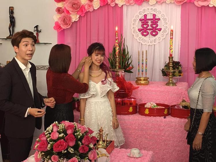 Việc mẹ Khởi My và mẹ Kelvin Khánh không mặc áo dài cũng là 1 nghi vấn cho rằng đây không phải lễ ăn hỏi thật.