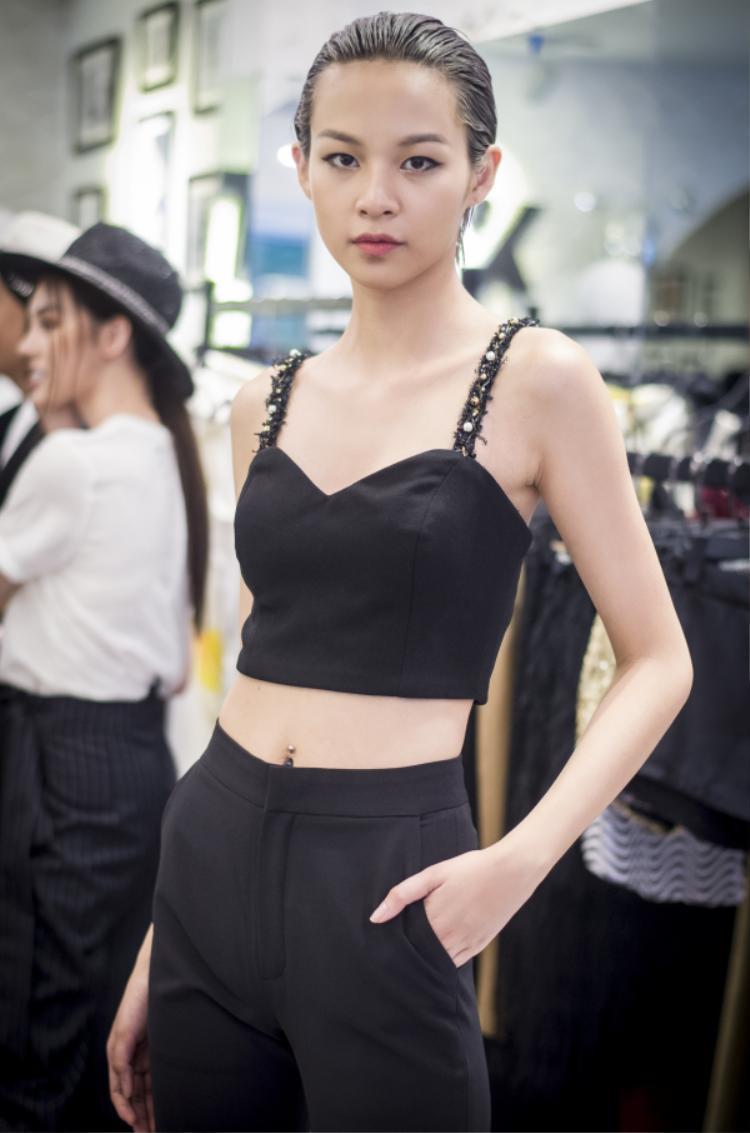 Phí Phương Anh dù chỉ diện trang phục đơn giản nhưng vẫn cực kì cá tính với mái tóc ngắn cùng thần thái vô cùng chuyên nghiệp.