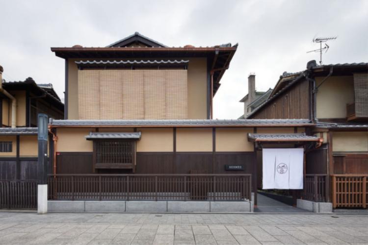 Hermès đặt Pop-up store của mình tại khu phố cổ Gion,Nhật Bản. Do nằm ở khu cổ kính như thế nên cách bày trí mặt tiền của thương hiệu cũng đơn giản đến lạ thường.