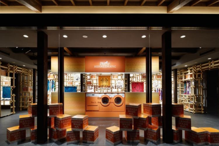 """Khi tiến sâu vào store Hermès bên trong, mọi người sẽ vô cùng ấn tượng vì không gian được thiết kế theo concept """"cửa hàng giặt tẩy"""" siêu thời thượng cùng những khung gỗ đầy vẻ mạnh mẽ và cổ kính đậm nét văn hóa của người Nhật."""