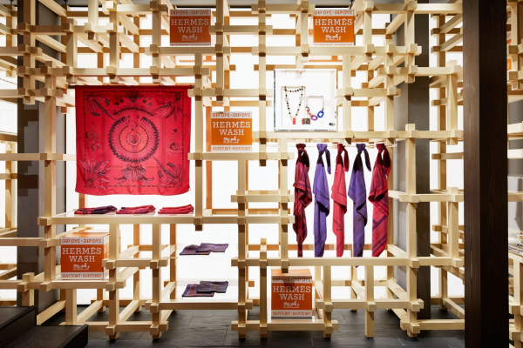 Khu trưng bày các món phụ kiện cũng vô cùng độc đáo và tinh tế bằng cách lồng ghép những thanh gỗ lại với nhau.
