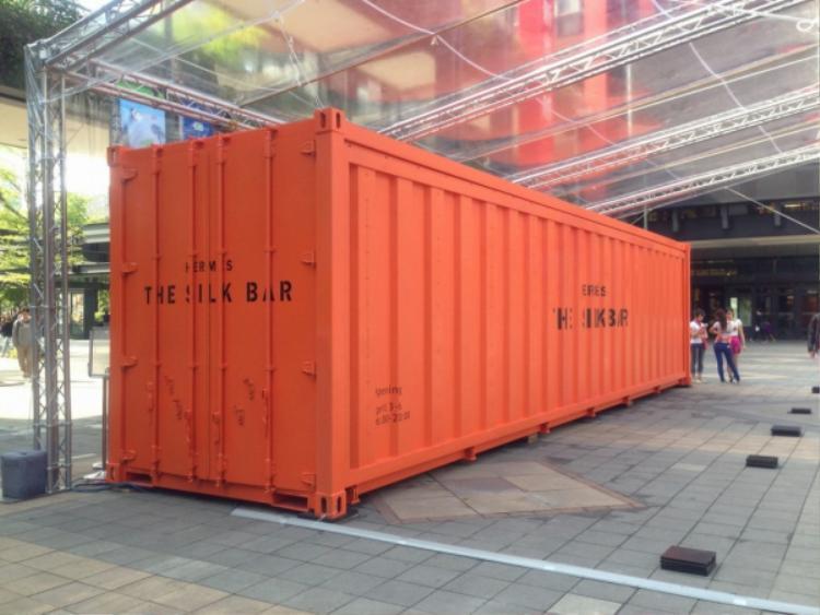 Hermès cũng mang cả một kiện hàng màu cam đến với Hong Kong trong lần ra mắt trước đây.