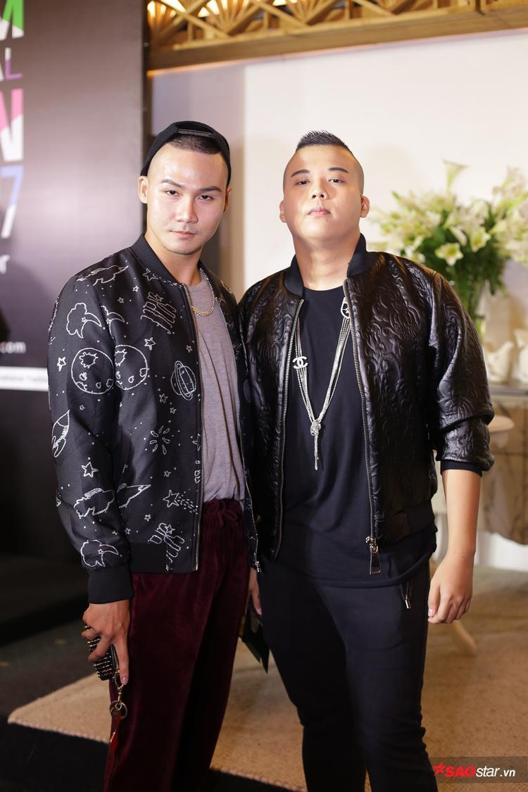 NTK Chadi Nguyễn cùng stylist Khuất Năng Vĩnh trẻ trung với cách mix đơn giản từ chiếc áo bomber tông màu đen huyền bí.