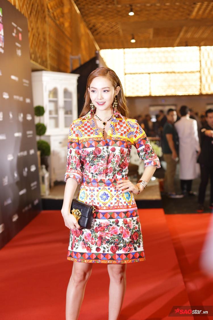 Minh Hằng xinh đẹp hết nấc với set đồ họa tiết hoa độc đáo đến từ thương hiệu Dolce Gabbana cùng loạt phụ kiện đến từ các hãng thời trang khác cartier, Franck muller, Jimmy Choo.