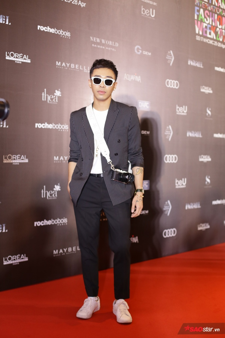 Hoàng Ku Bộ diện vest của Meuw kết hợp cùng vòng cổ Dior, dây đeo máy ảnh Dior, kính Dior, giày Nike và đồng hồ Cartier.