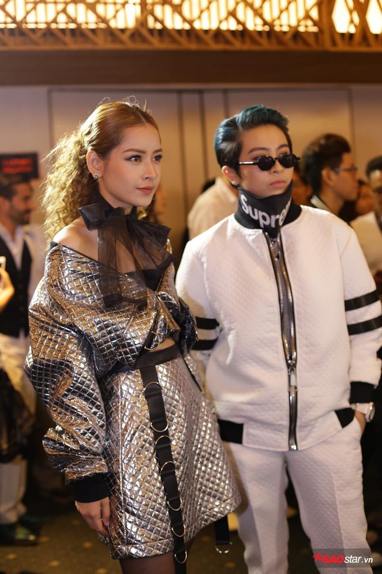 ChiPu - Gil Lê style trái ngược nhau, sánh đôi tới sự kiện. Trong khi Gil Lê cực ngầu thì ChiPu có phần kiêu kỳ với mái tóc xoăn cổ điển.