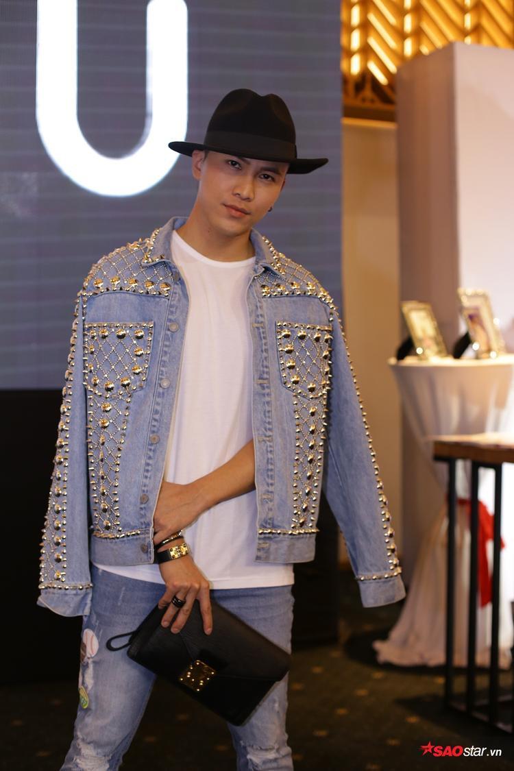 Ca sĩ Mai Tiến Dũng cá tính với set đồ jeans đinh tán khác xa với hình ảnh bình thường mà anh đang xây dựng. Ngoài set đồ của Chung Thanh Phong thì anh chọn loạt phụ kiện với giày CL, clutchLV, vòng tay Hermes.