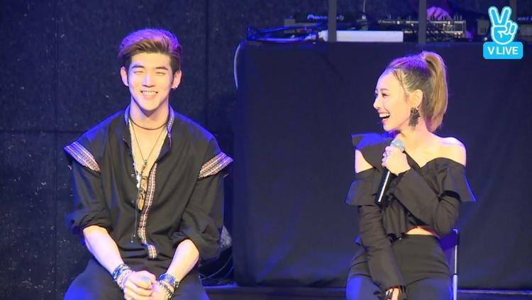 Các thành viên liên tục đùa giỡn và trò chuyện rất thoải mái cùng MC và các fan.