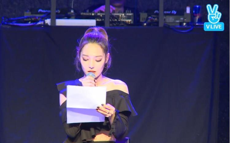 Somin đọc lá thư dài 2 trang A4 để cảm ơn các fan, các thành viên và công ty quản lý.
