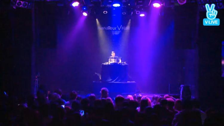 Đúng 18 giờ showcase bắt đầu. Sau khi chiếu lại MV Rumor trên màn hình lớn, DJ xuất hiện và mở màn bằng set nhạc sôi động.