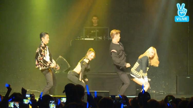 """4 anh chàng, cô nàng biểu diễn Oh NaNa - ca khúc đầu tiên của nhóm. Đặc biệt là nhóm hát live 100% """"chuẩn không cần chỉnh"""" nhé!"""