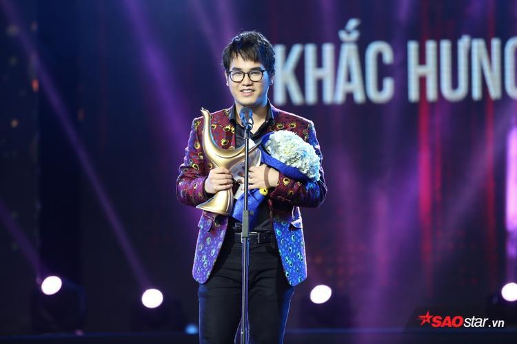 Nam nhạc sĩ lên nhận giải Nhà sản xuất của năm.