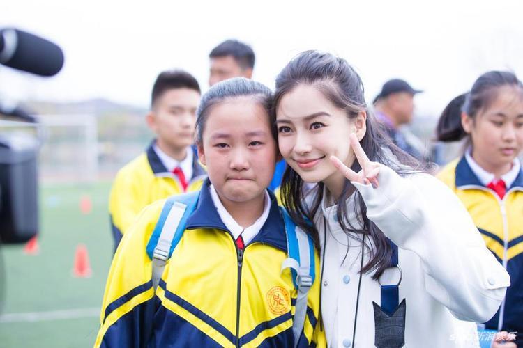 Cô vui vẻ chụp hình cùng người hâm mộ nhí.