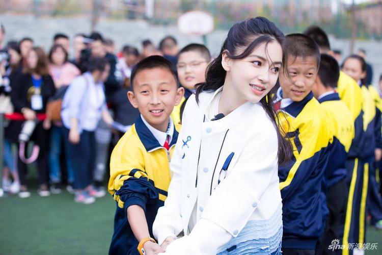 Người đẹp họ Dương dốc hết sức mình kéo co cùng các em nhỏ.