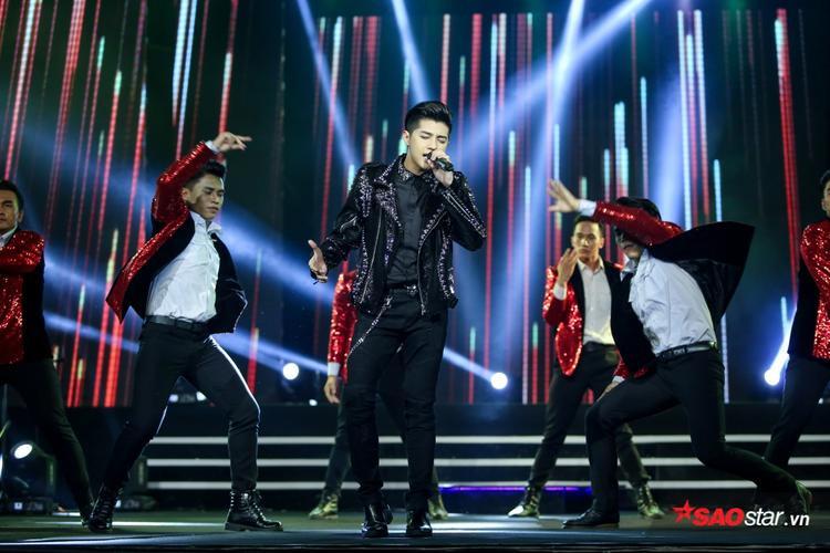 """Nam ca sĩ cũng """"bùng nổ"""" trên sân khấu với ca khúc Tôi là một ngôi sao."""