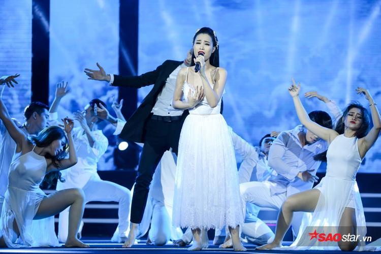 Đông Nhi mang đến phần trình diễn ấn tượng với vũ đoàn trong ca khúc Xin anh đừng.
