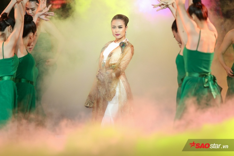 Hoàng Thuỳ Linh đầu tư hoành tráng cho tiết mục Bánh trôi nước cũng là đề cử tại hạng mục MV của năm.