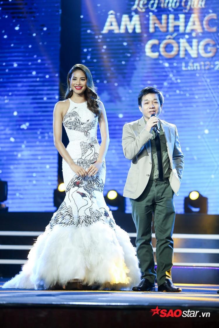 Phạm Hương công bố kết quả giải MV của năm thuộc về Bống bống bang bang - nhóm 365 và nữ HLV The Face cũng thay mặt 4 chàng trai nhận cúp.