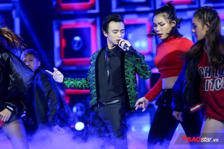 """Soobin Hoàng Sơn """"quậy banh"""" sân khấu với bản mashup 2 ca khúc do chính anh sáng tác: Lalala và Vui đi em."""