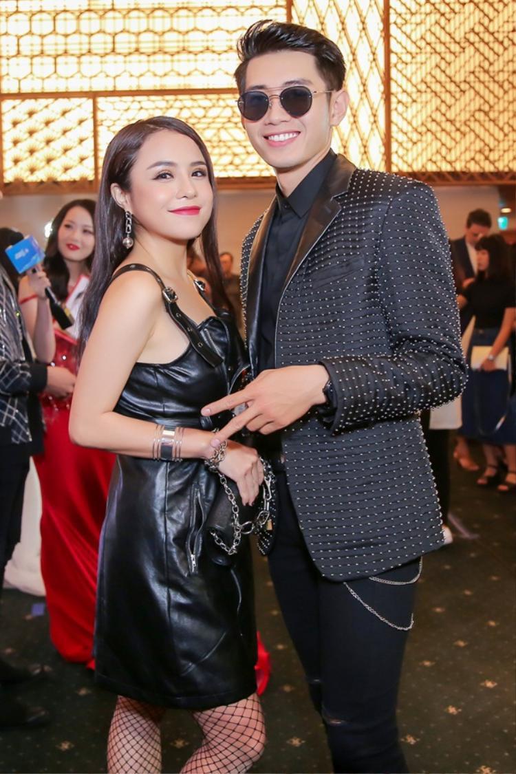 Tối 25/4, xuất hiện tại Tuần lễ thời trang quốc tế Việt Nam 2017, Thái Trinh - Quang Đăng nhận được sự quan tâm của giới truyền thông và các tín đồ thời trang. Cặp đôi diện trang phục tone sur tone với sắc đen sang trọng những vẫn đầy trẻ trung năng động.