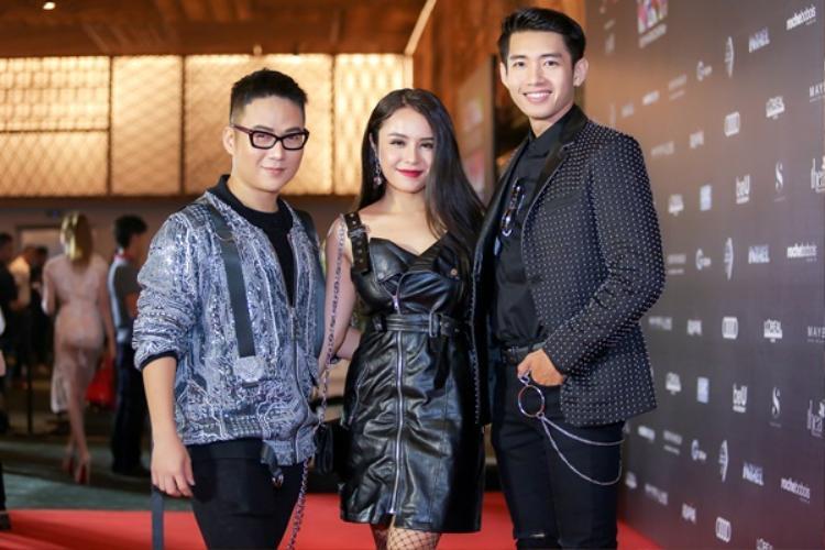 Trang phục của cặp đôi được thiết kế bởi Chung Thanh Phong và cả hai cũng đến tham dự, chúc mừng cho show diễn của anh thành công.