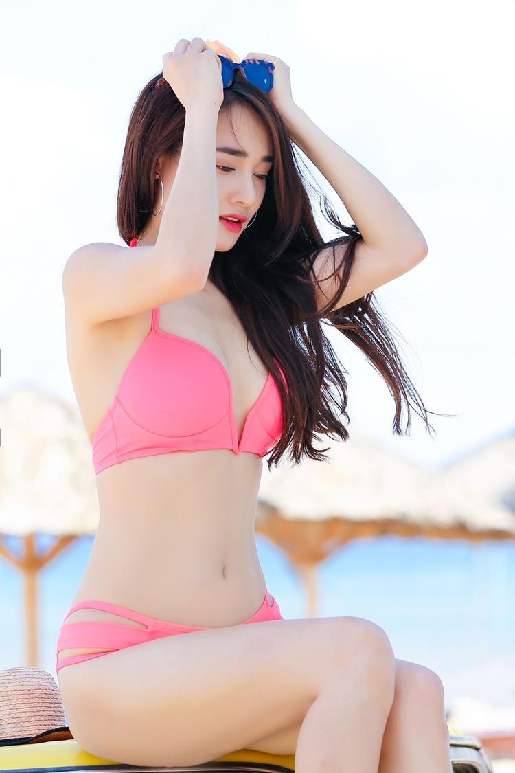 Được Trường Giang ủng hộ, Nhã Phương lần đầu khoe 3 vòng gợi cảm với bikini