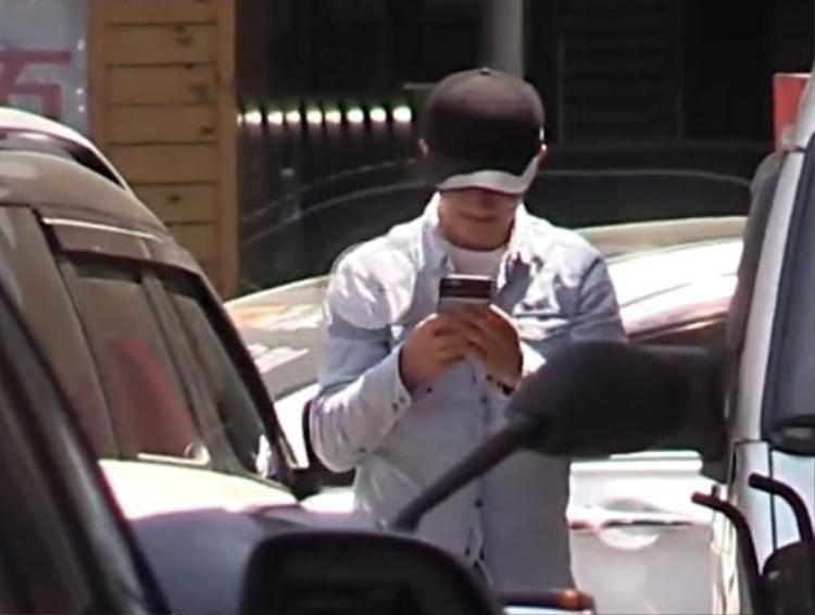 Suốt đường đi, anh vẫn luôn chăm chú nhắn tin điện thoại.