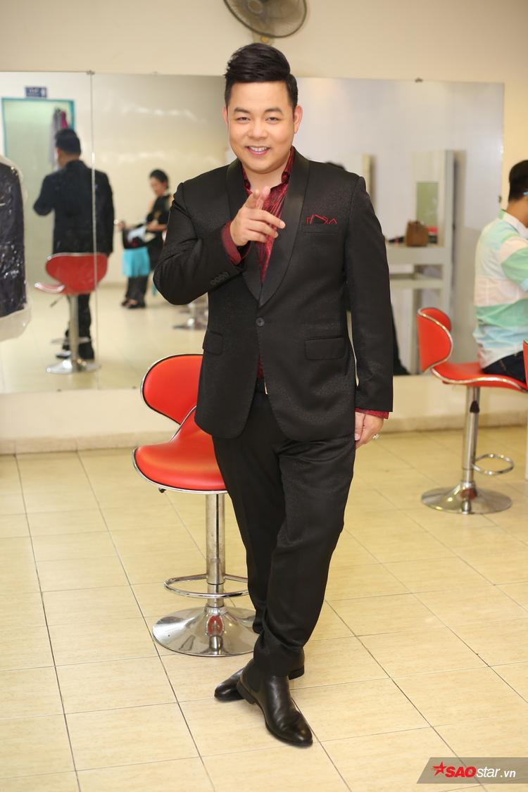 HLV Quang Lê lịch lãm trong bộ vest đen sang trọng.