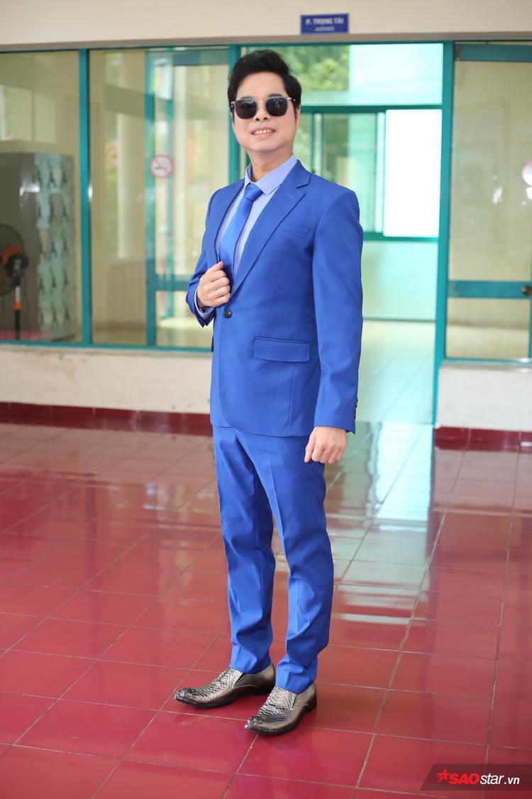 HLV Ngọc Sơn thu hút sự chú ý khi diện suit xanh nổi bật.