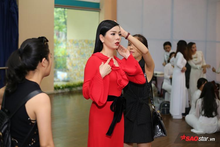 Nữ HLV duy nhất của chương trình chỉnh trang trang phục trước giờ ghi hình.