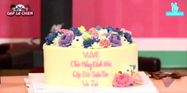 """Cận cảnh chiếc bánh do ê-kíp chương trình Gặp là chiến tặng Khởi My - Kelvin Khánh. Kèm dòng chữ: """"Chúc mừng đính hôn - Cặp đôi triệu tim Vin Zoi""""."""