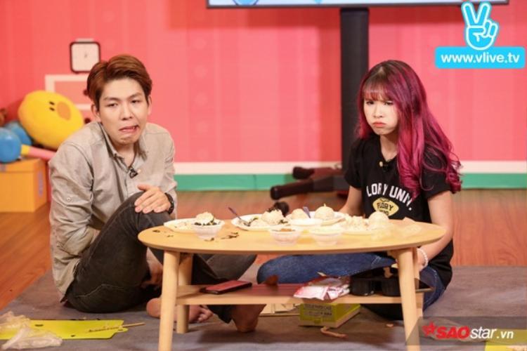 """Vẻ mặt vừa ăn vừa """"khổ sở"""" của Kelvin Khánh - Khởi My."""