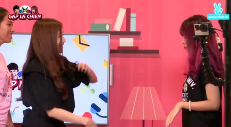 Jin Ju cùng Khởi My - Kelvin Khánh và một số bạn fan tham gia trò chơi đoán con vật qua cử chỉ.