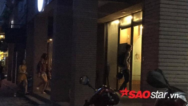 Sát giờ ghi hình, Kelvin Khánh mới có mặt tại địa điểm quay. Anh nhanh chóng di chuyển vào bên trong để kịp thay trang phục và chuẩn bị mọi thứ.