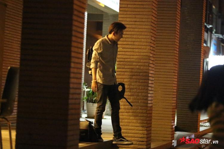 Kelvin Khánh di chuyển ra bên ngoài trước để giao lưu cùng các bạn khán giả. Sau lễ đính hôn, cả hai tất bật chạy show và không có nhiều thời gian để ở bên nhau.