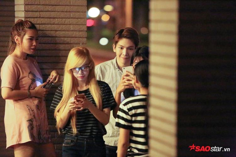 Nam ca sĩ thân thiện chụp ảnh cùng fan.