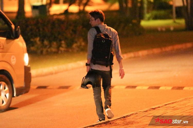 Kelvin Khánh không lên xe chung với Khởi My mà đi bộ sang một địa điểm khác.