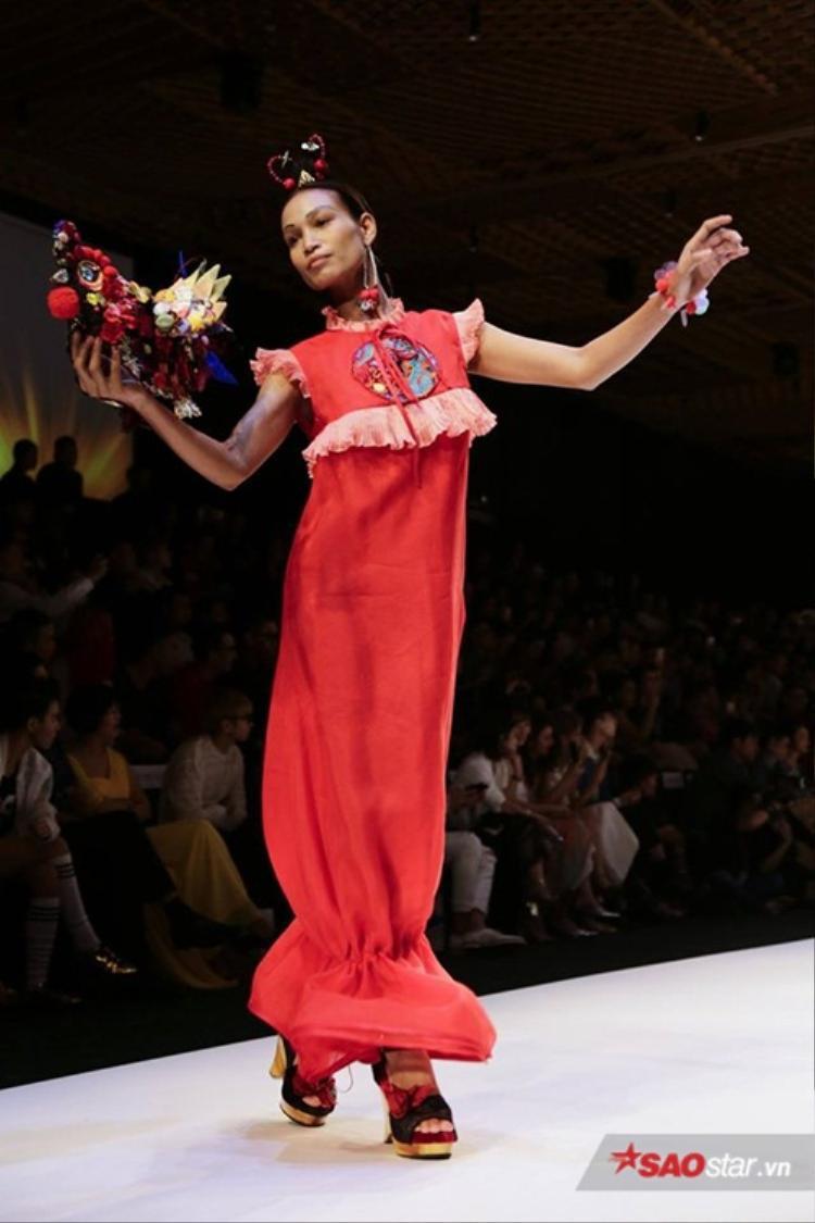 Các nàng người mẫu vừa bước đi vừa thể hiện các điệu múa trong các buổi lễ hầu đồng đậm vẻ Việt Nam.