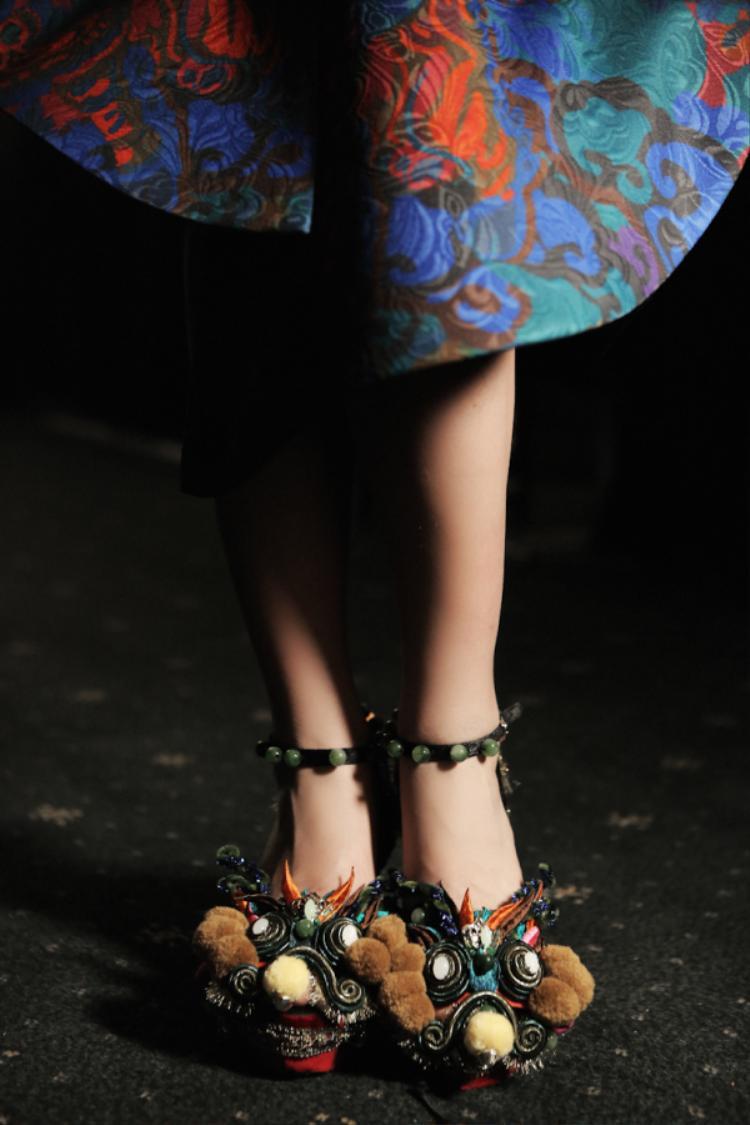 Thủy Nguyễn luôn kể câu chuyện của mình không chỉ thông qua trang phục mà còn phụ kiện vô cùng độc đáo.
