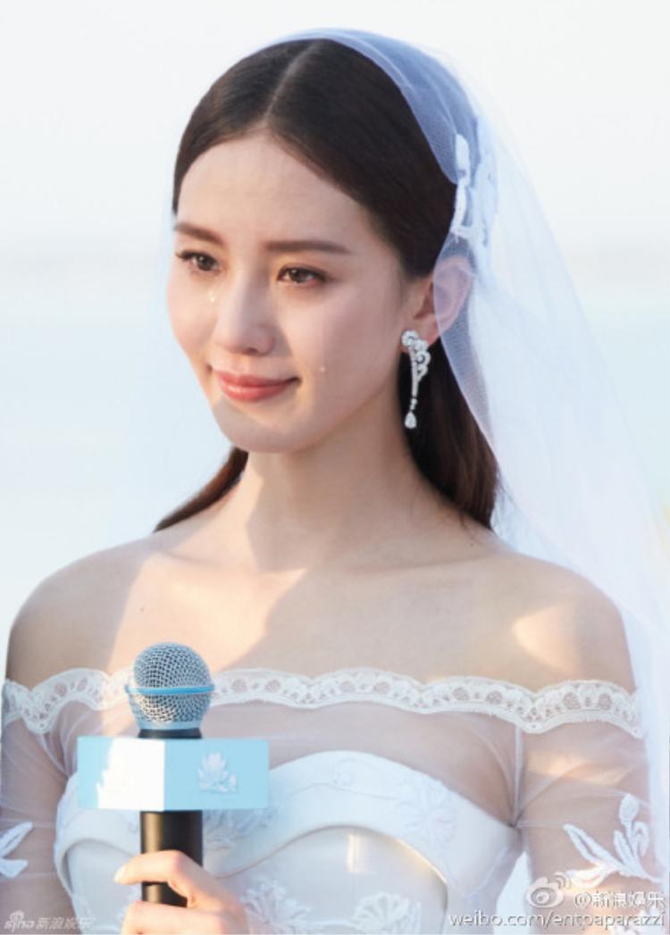 Lưu Thi Thi xúc động trong ngày cưới.