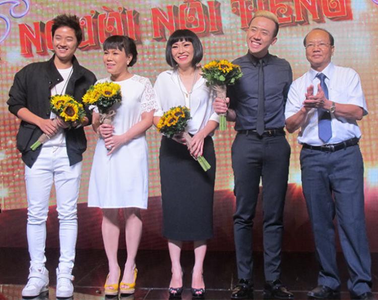 Ông Lê Quang Nguyên - giám đốc Đài truyền hình Vĩnh Long (ngoài cùng bên phải) chụp ảnh cùng Trấn Thành, Việt Hương, Phương Thanh,….
