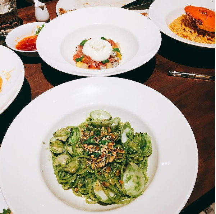 Những món ăn bạn nhất định phải thử khi đến đây: Pizza cá hồi sashimi, Pizza mực sốt rong biển, Mỳ Ý nghêu và sốt quế tây, Mỳ Ý cua biển, Parmaham cuộn phô mai Ricotta. Hình ảnh: Instagram (@larmuse)
