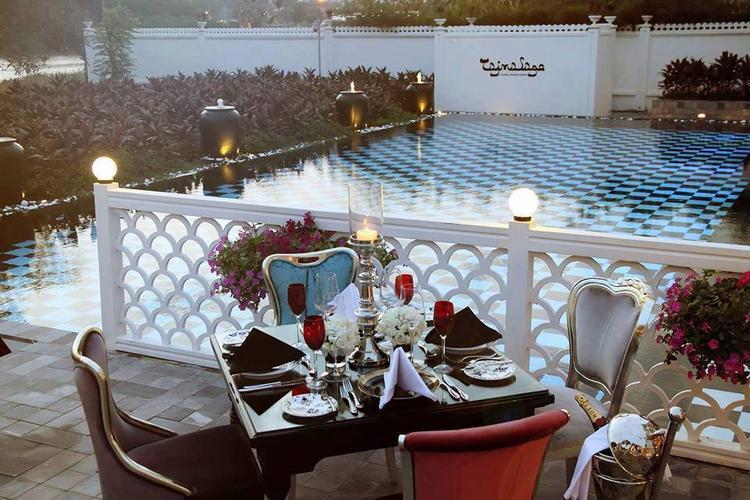 Bên cạnh đó, Le Taj cũng nổi tiếng với những món ăn được phủ vàng lá 24K và hơn 150 loại rượu vang đáp ứng được những yêu cầu khắt khe nhất của giới thực khách sành điệu và cao cấp.