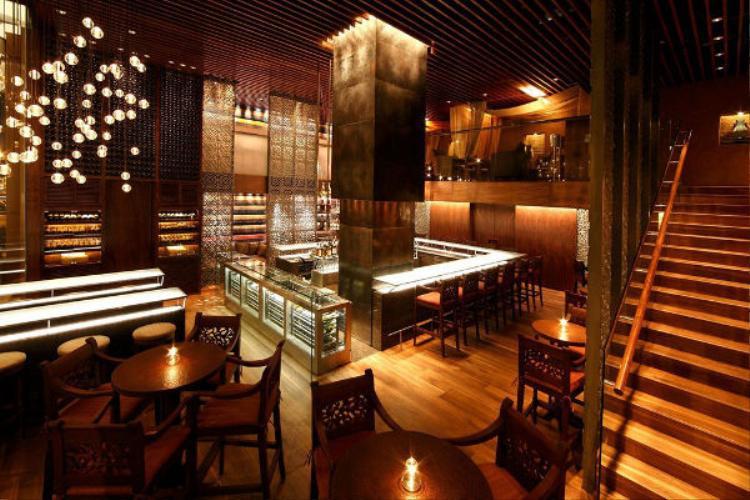Hình ảnh bên trong Martini Bar. Ngoài các loại rượu và cocktail cơ bản đến cao cấp, bạn nên thử ly cocktail đặc trưng ở nơi đây mang tên Lam Sơn với sự kết hợp đầy mê hoặc giữa rượu martini cùng nước cốt trái cây nhiệt đới.