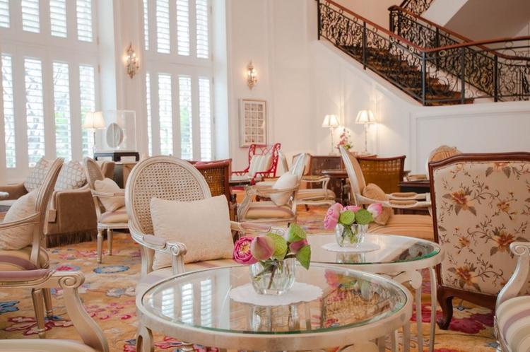 """Thiết kế kiến trúc của Park Hyatt pha giữa phong cách Hoàng Gia Anh cùng phong cách Đông Dương. Cách sắp xếp tranh ảnh và đồ trang trí vô cùng phóng khoáng và tinh tế, không gây cảm giác ngột ngạt vẫn thường thấy như những khách sạn vốn gắn mác """"Luxury-Standard"""" thường thấy. Ngoài ra, khách sạn này còn sở hữu những góc ngoài trời tuyệt đẹp cho bạn chụp ảnh."""