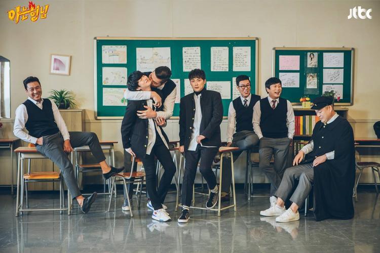 Knowing Bros là một chương trình tạp kỹ được phát sóng trên kênh truyền hình cáp JTBC. Với nội dung sáng tạo kết hợp của nhiều yếu tố như trò chơi, hài kịch, dàn cast chính của chương trình gồm 7 thành viên đóng vai 7 nam chinh trong một lớp học. Mỗi tập phát sóng sẽ có một khách mời khác nhau tham dự chương trình.